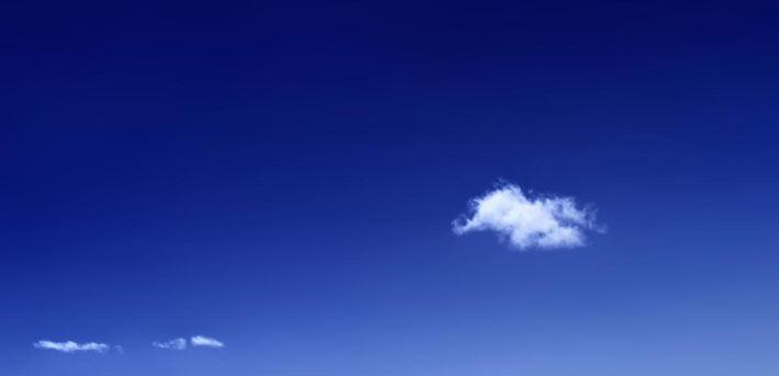 mente en blanco, cielo azul