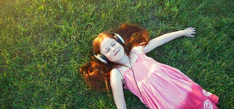 Chica feliz escuchando música